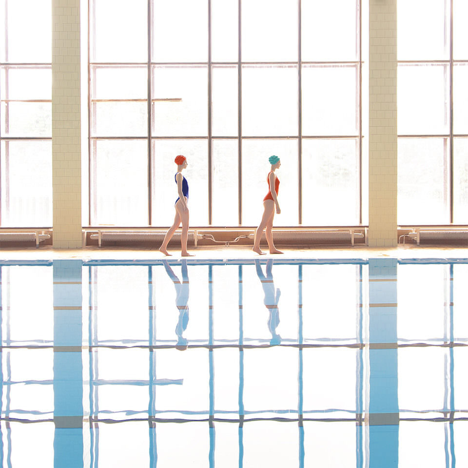 Zwei Frauen an einem Pool