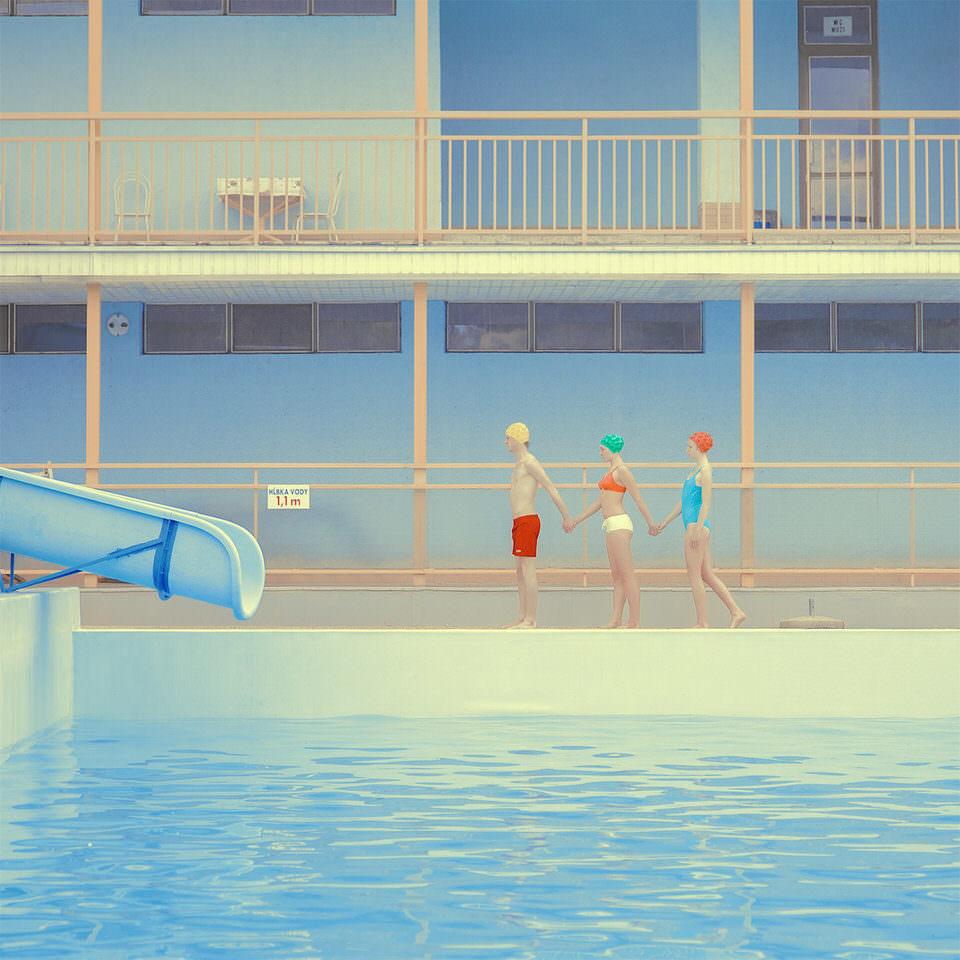 drei Menschen im Schwimmbad