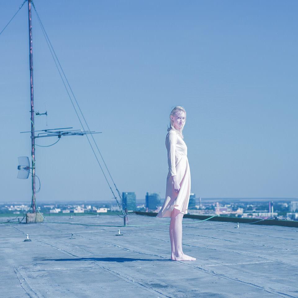 Eine Frau auf einem Dach