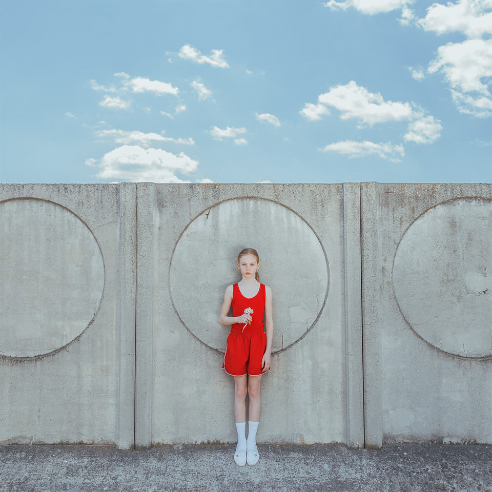 Ein Kind vor einer grauen Mauer