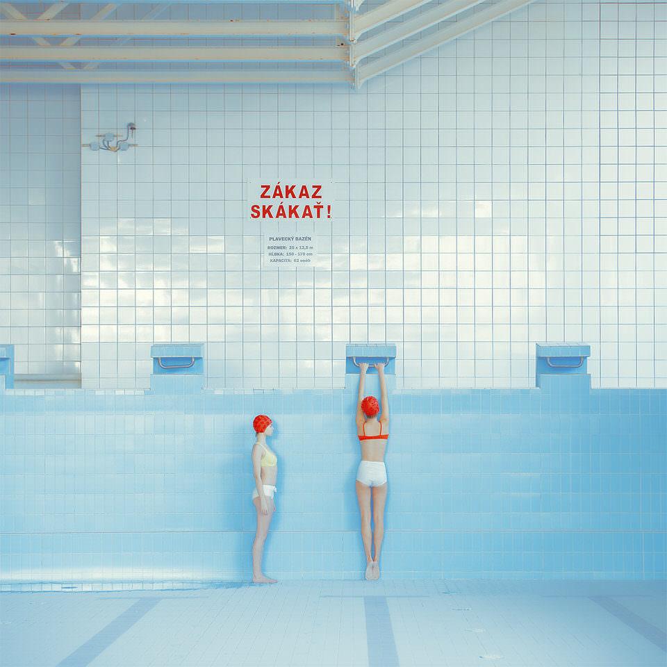 Zwei Frauen in einem leeren Schwimmbecken