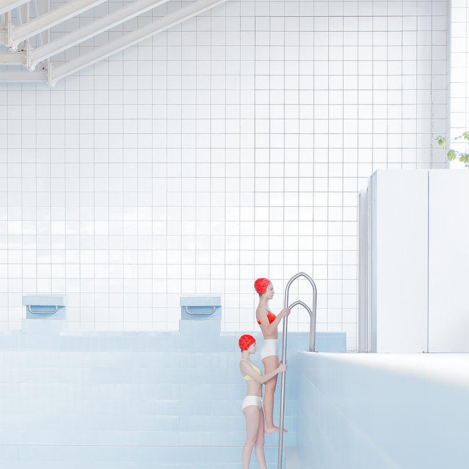 Zwei Frauen klettern aus dem Schwimmbecken