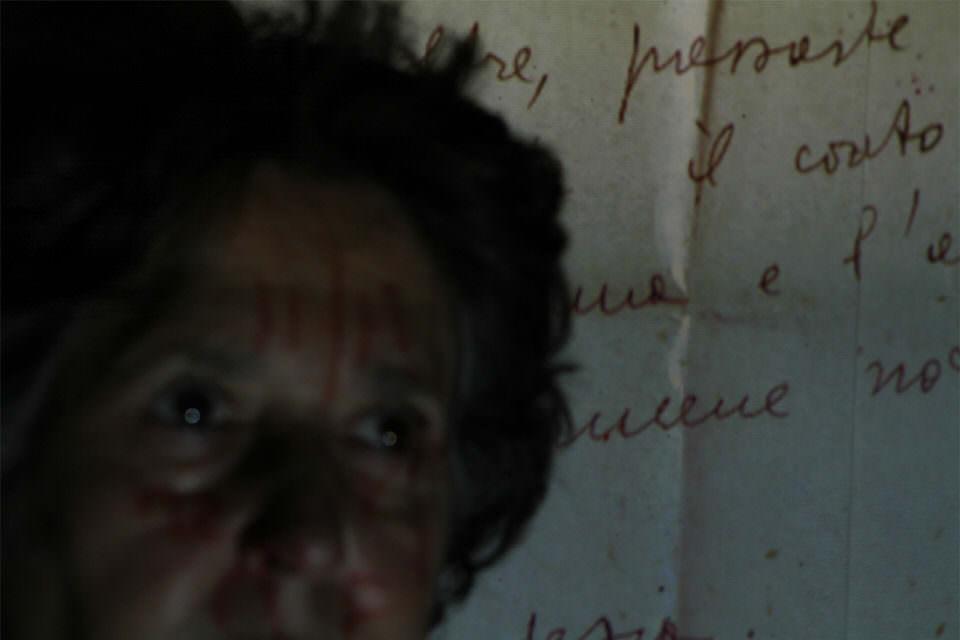 Frau mit Briefen