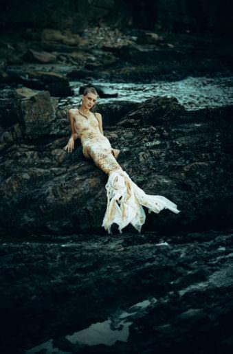 Eine Meerjungfrau auf Felsen