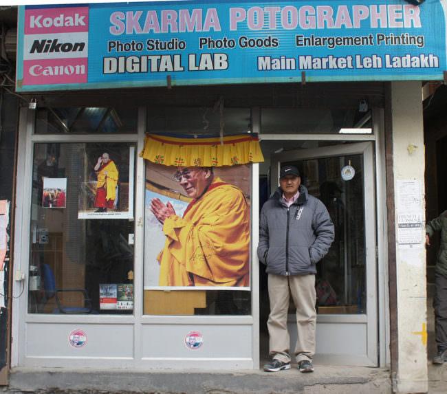 Ein Mann steht in einer Ladentür