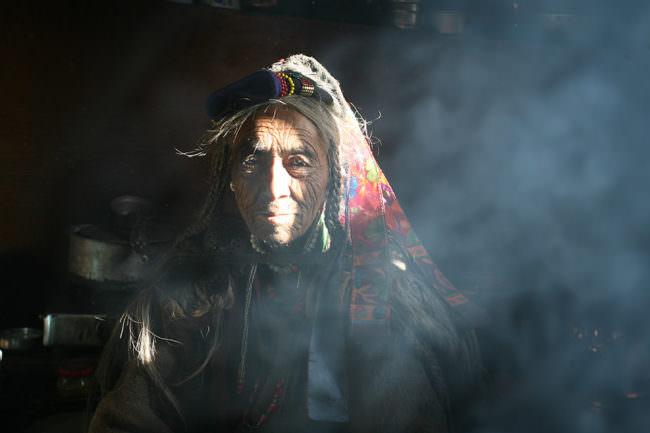 Ein Mann im Rauch
