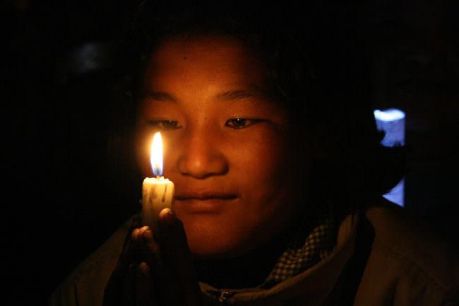 Ein Mann mit Kerze