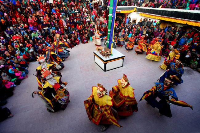 Eine Zeremonie in bunten Gewändern