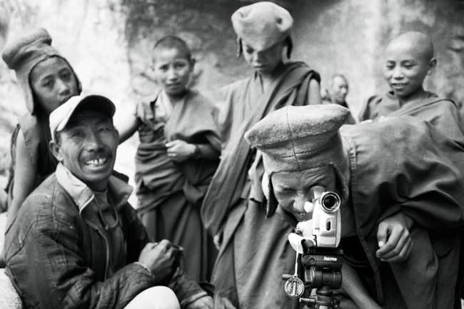 Männer sehen durch eine Kamera