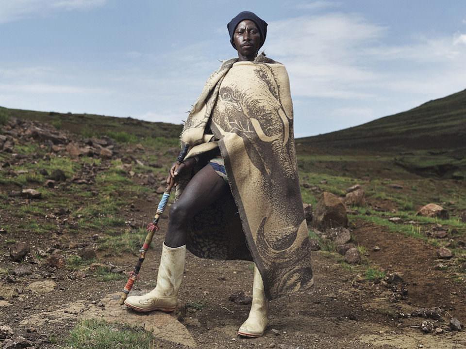 Ein Mann in eine Decke gehüllt