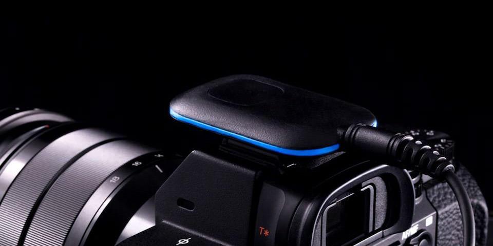 Eine Kamera-Erweiterung auf dem Blitzschuh auf einer Kamera