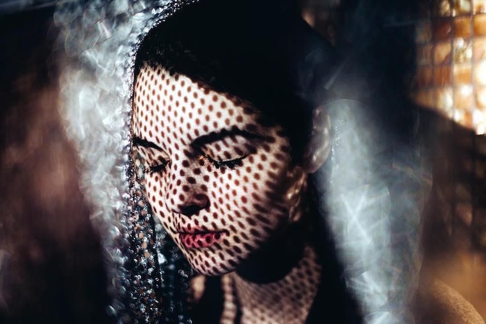 Portrait einer Frau mit Schatten auf dem Gesicht.