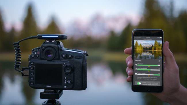 Eine Kamera wird über ein extra Gerät per Smartphone gesteuert.