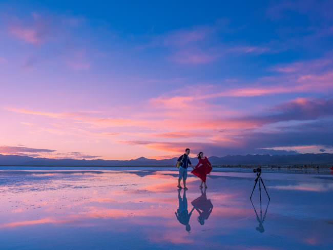 Ein Paar fotografiert sich am Meer