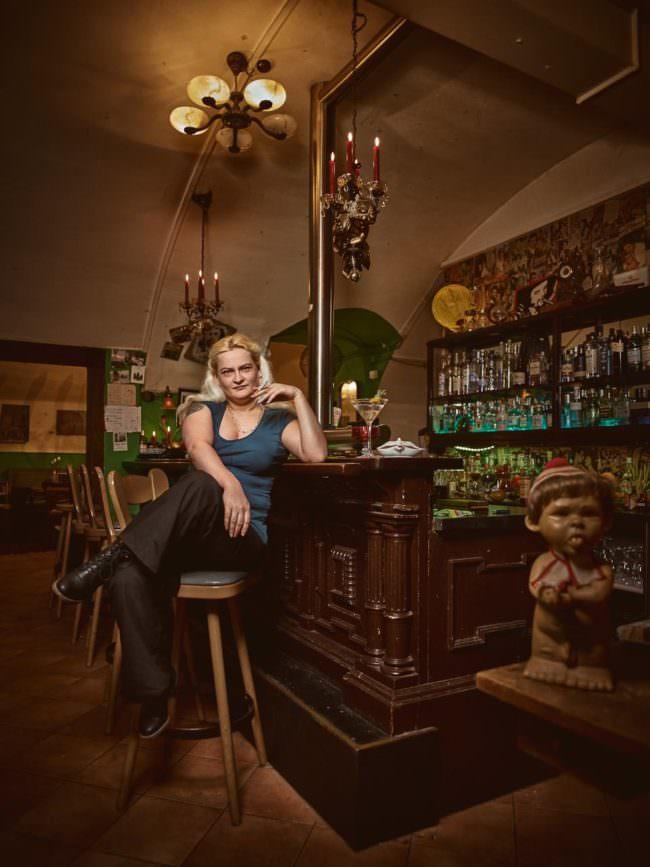 Eine Frau in einer Bar raucht