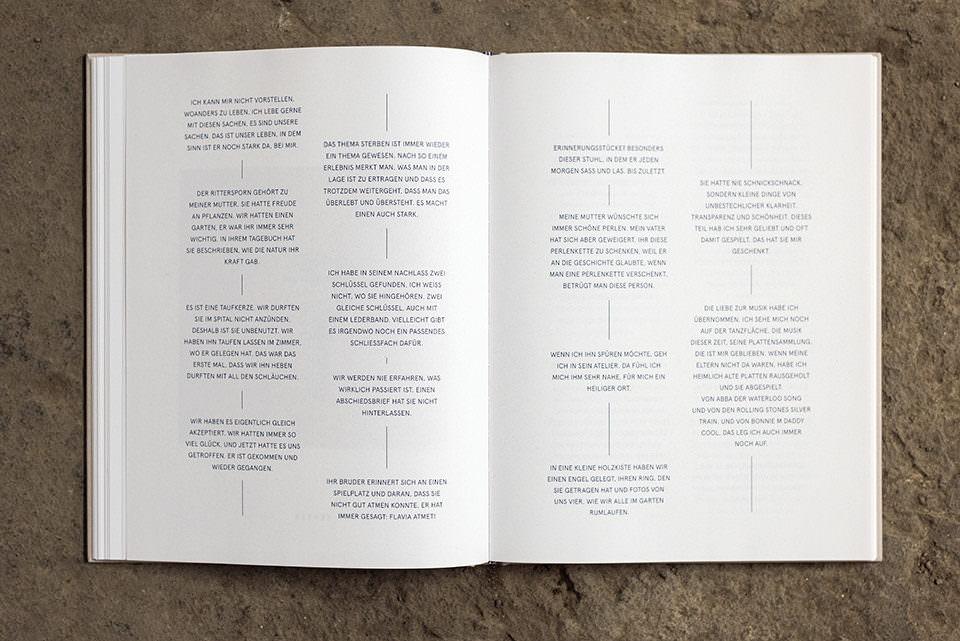 Aufgeschlagenes Buch mit sichtbaren Textfragmenten.
