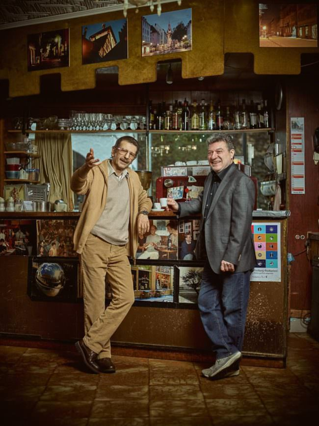 Zwei Männer an einer Theke