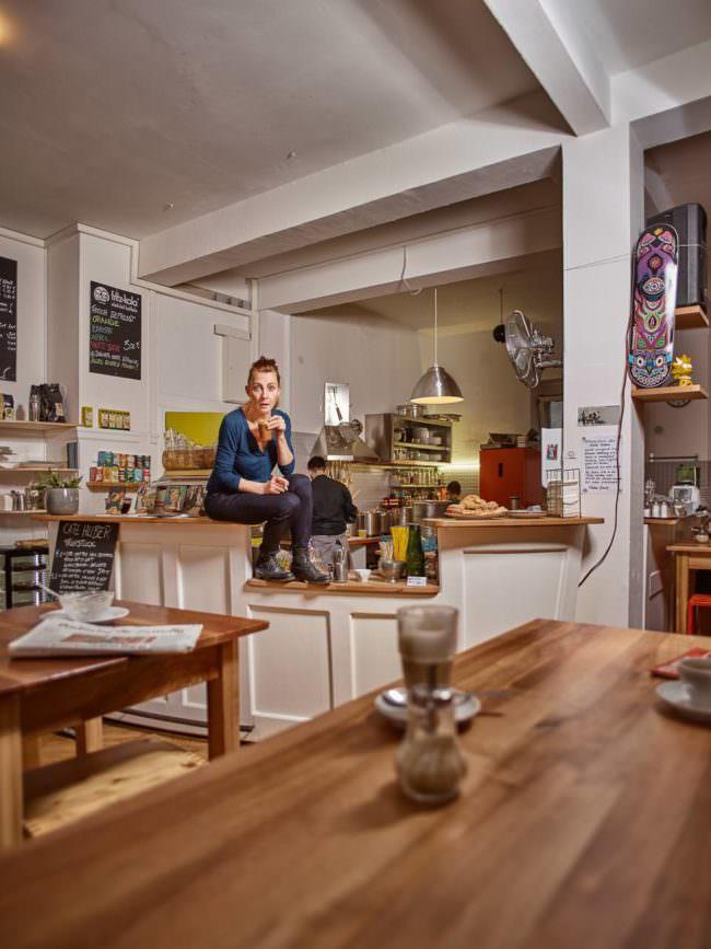 Eine Frau sitzt auf der Theke eines Cafes