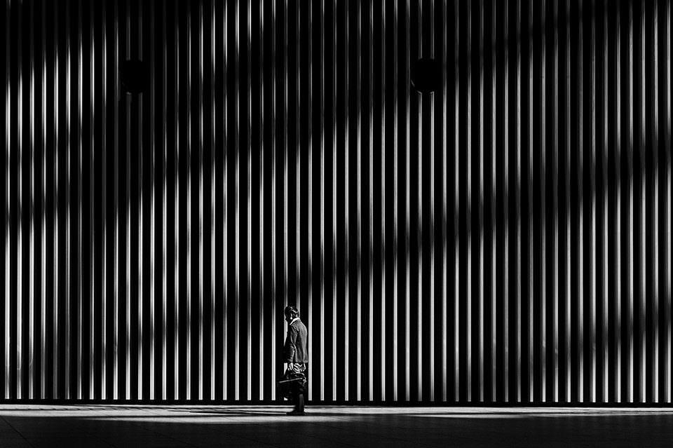 Ein Mann vor einer Betonmauer