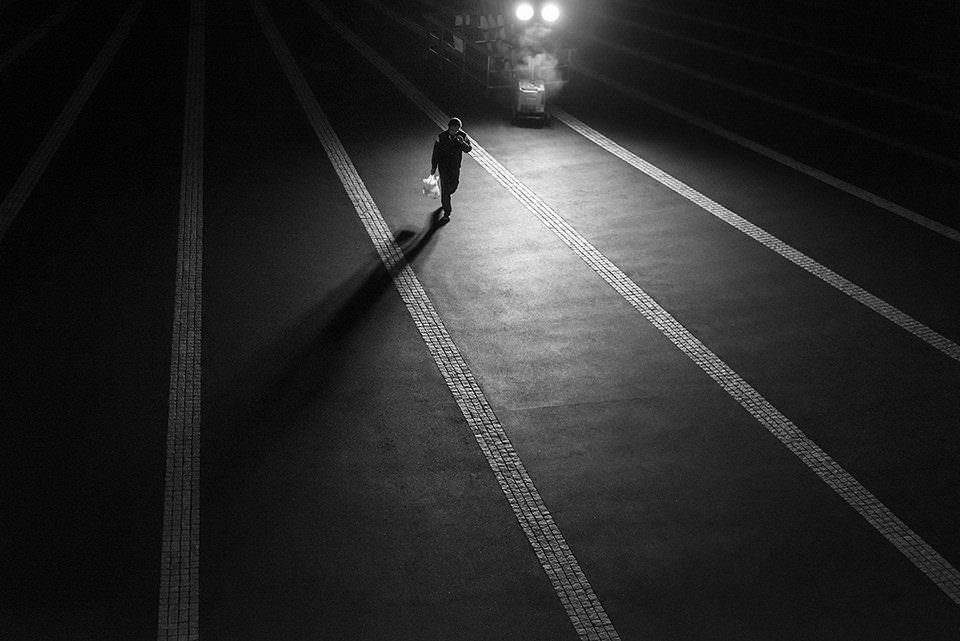 Eine Person bei Nacht auf einer Straße