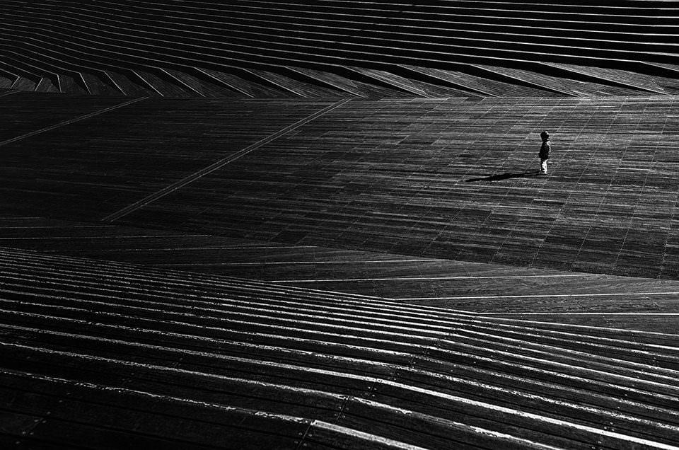 Eine Person auf einem verlassenene Platz