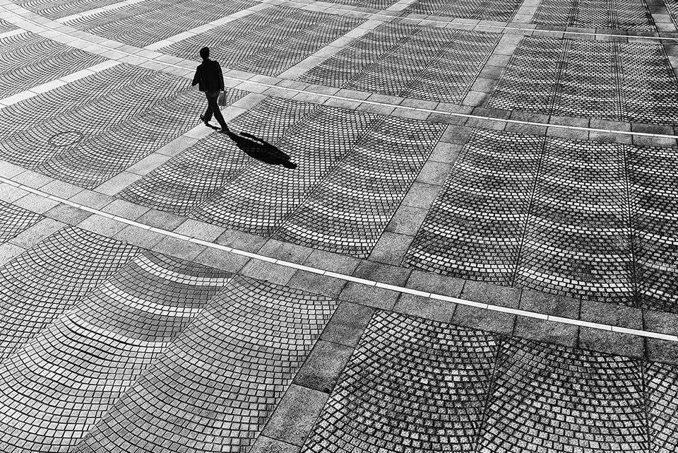 Eine Person auf einem Betonplatz