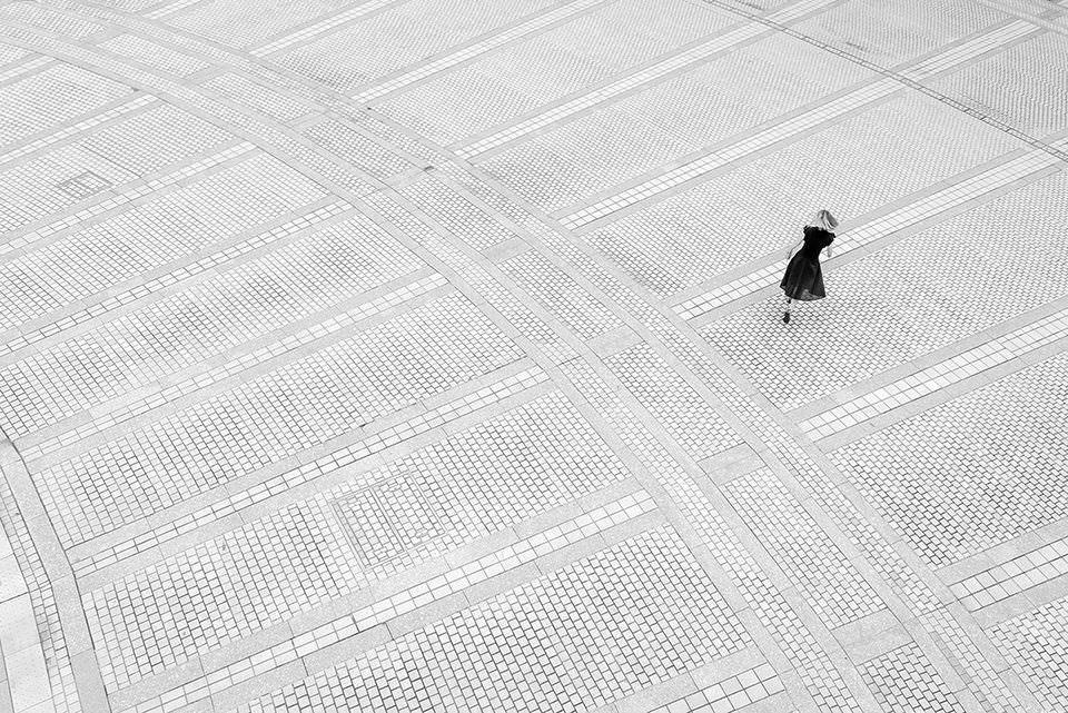 Eine Frau auf einem Platz von oben