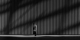 Ein Mann vor einer Mauer