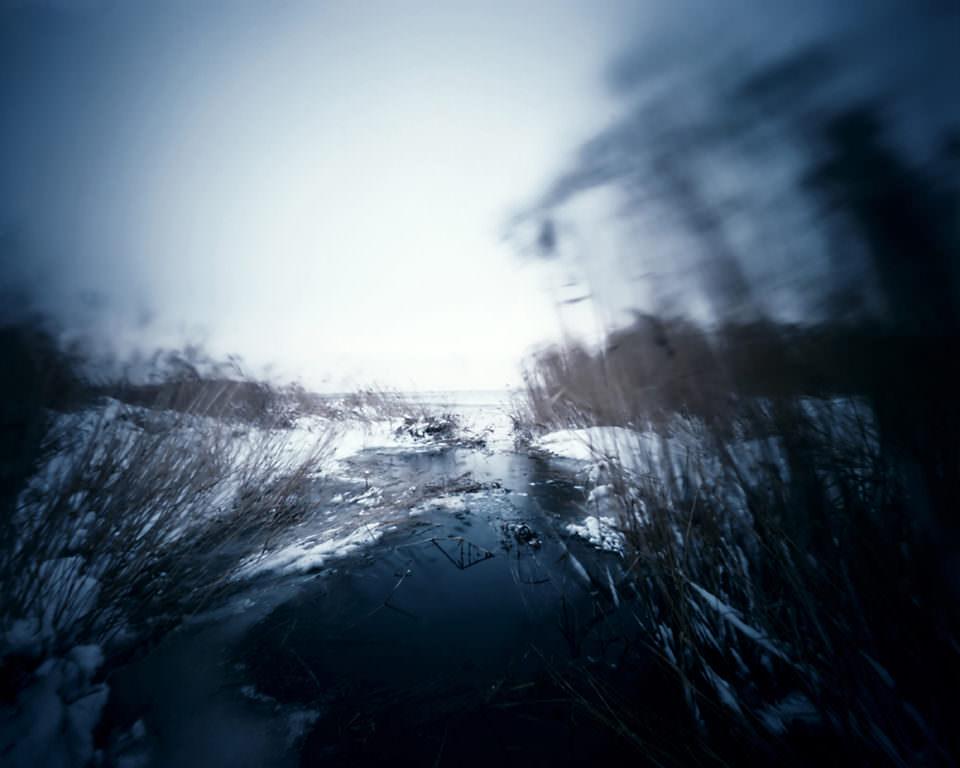 Ein See zwischen Schilf