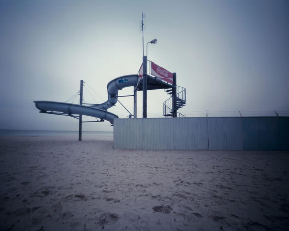 Eine Wasserrutsche am Strand
