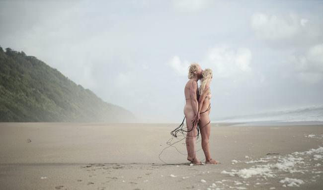 Zwei Menschen stehen dicht zusammen am Strand