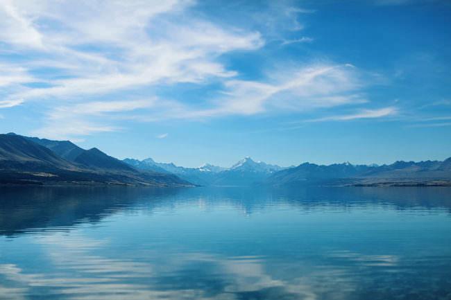 Eine Landschaft spiegelt sich im Wasser