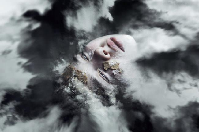 Eine Frau mit Wolken im Gesicht