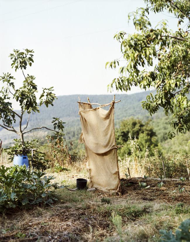 Konstrukt aus Holzstangen umwickelt mit Sackleinen, im Freien stehend.