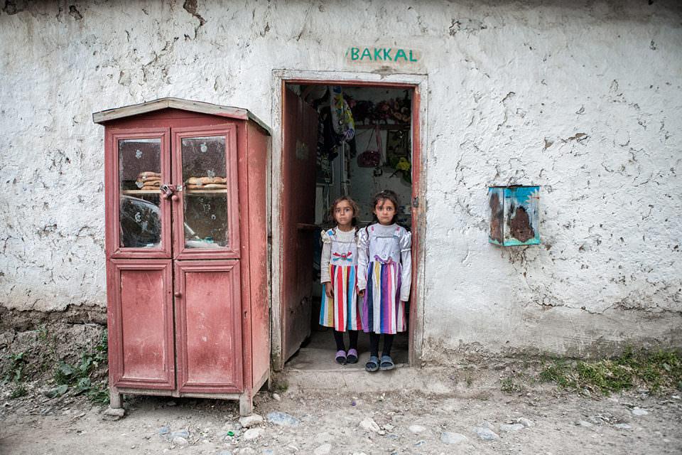 Zwei Mädchen stehen in einer Tür