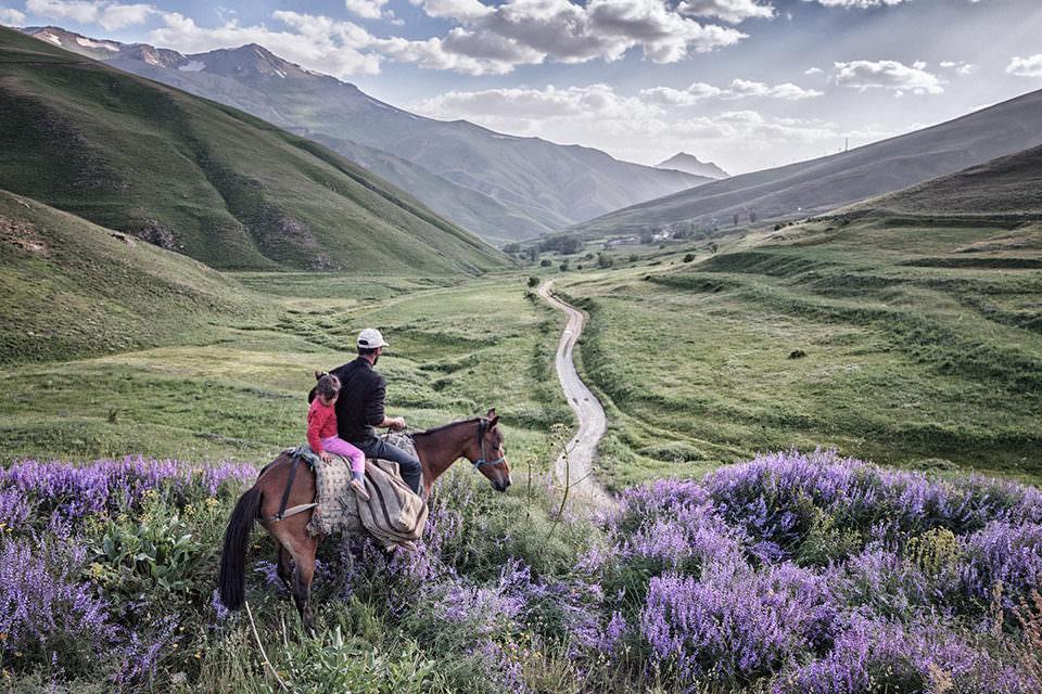 Ein Mann und Kind auf einem Pferd