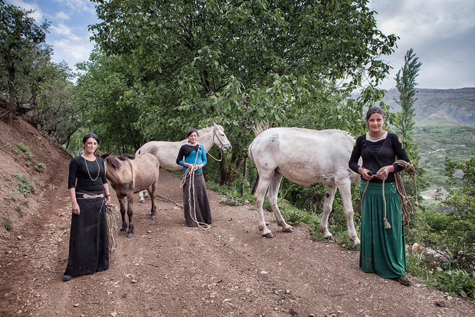 Drei Frauen mit Pferden