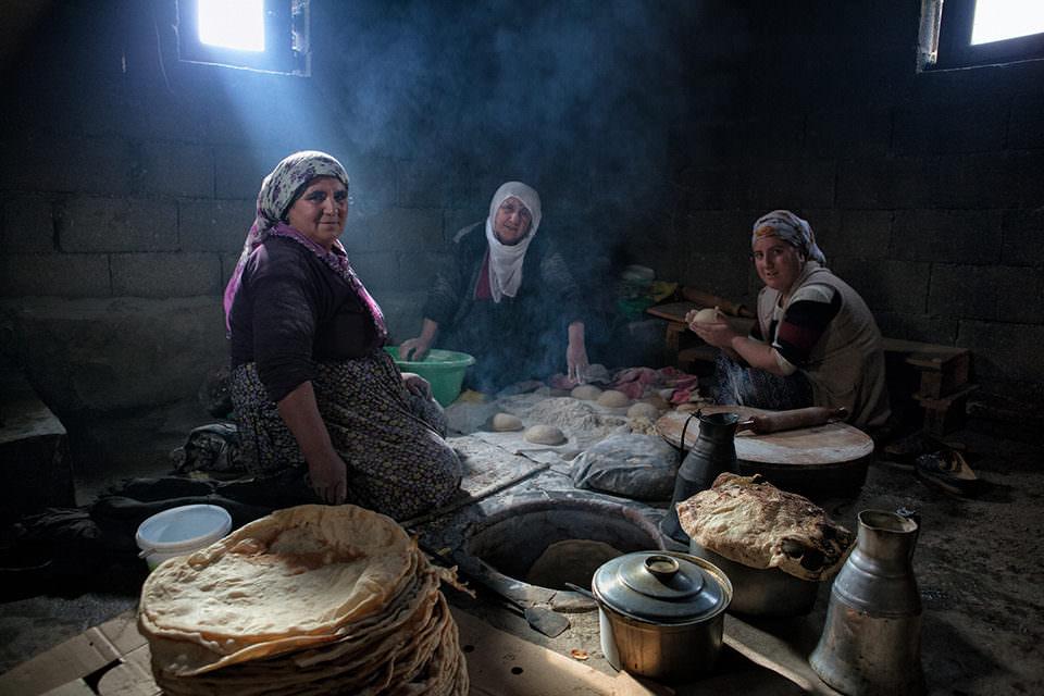 Drei Frauen in einem dunklen Zimmer