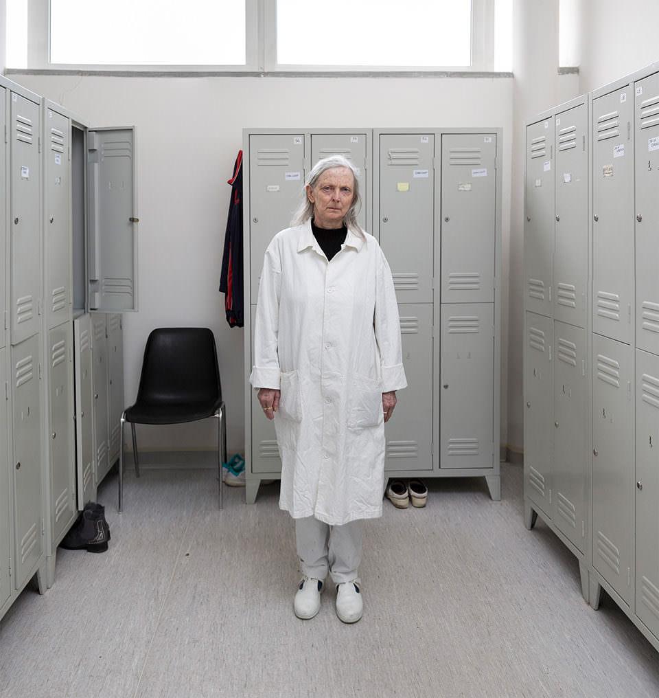 Eine Frau in weißem Kittel