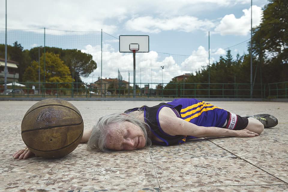 Eine Frau liegt auf einem Basketballfeld
