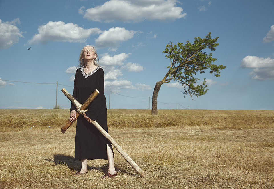 Eine Frau trägt ein Kreuz