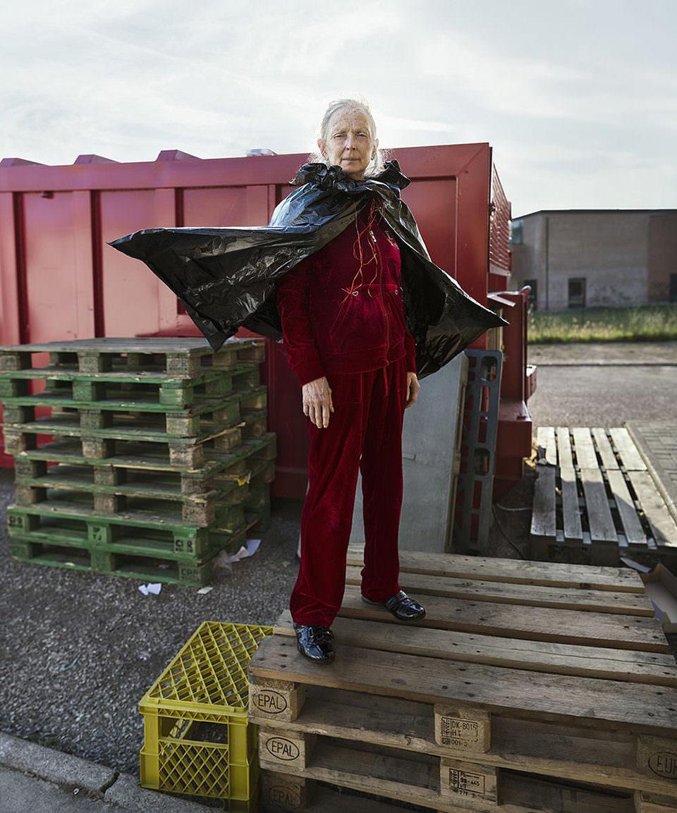 Eine Frau mit einem Müllsack als Umhang