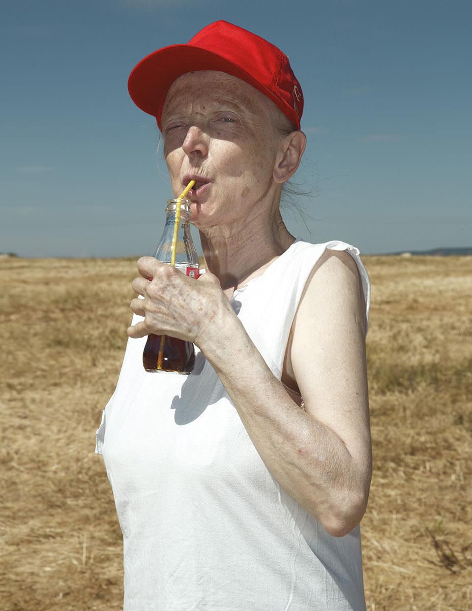 Eine Frau trinkt Cola