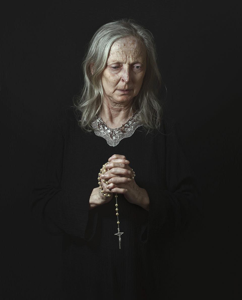 Eine Frau mit Gebetskette