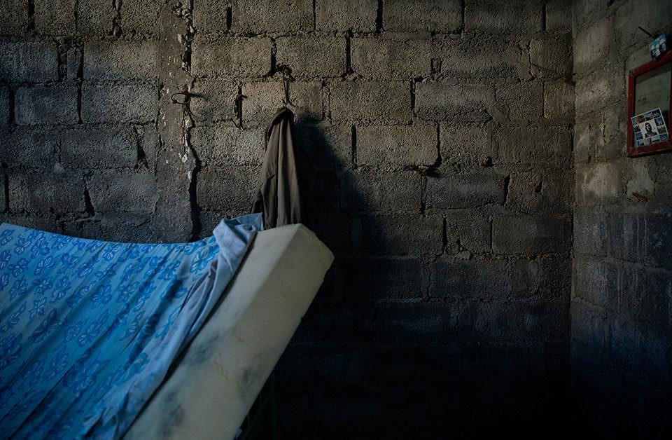 Ein Bett vor einer schmutzigen Mauer