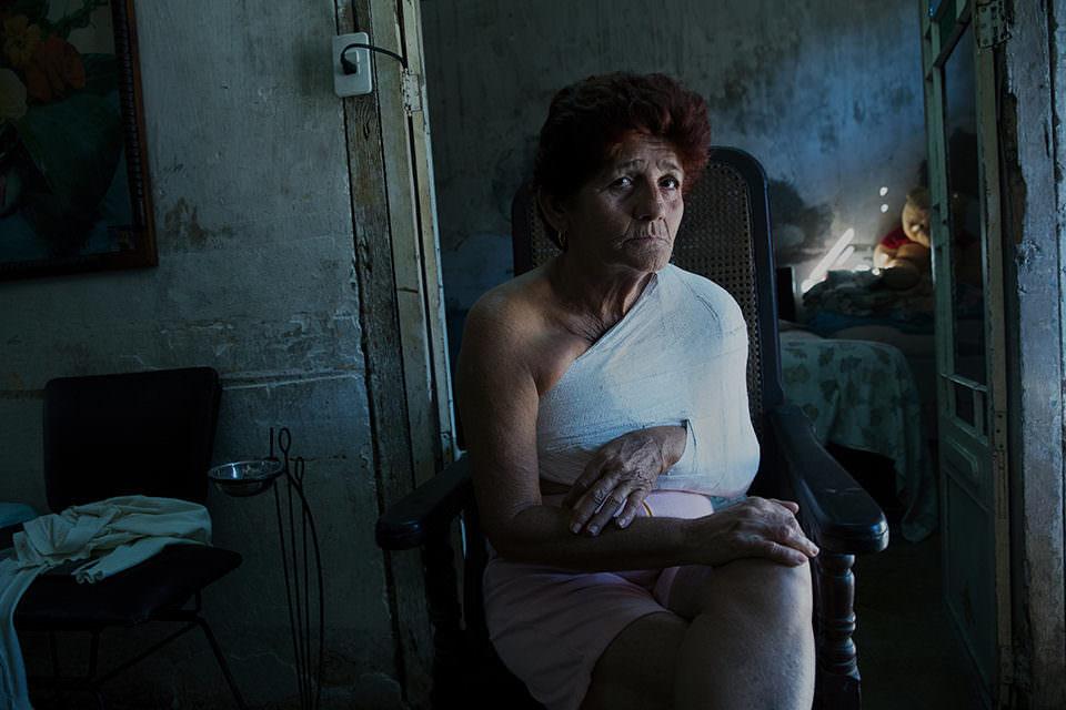 Eine Frau in einem dunklen Raum