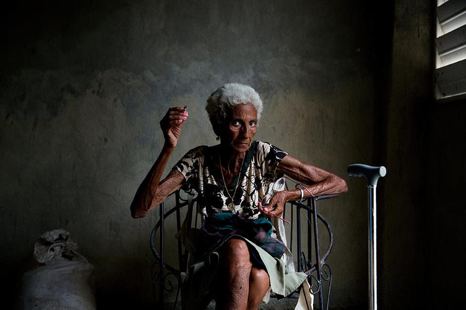 Eine Frau auf einem Stuhl