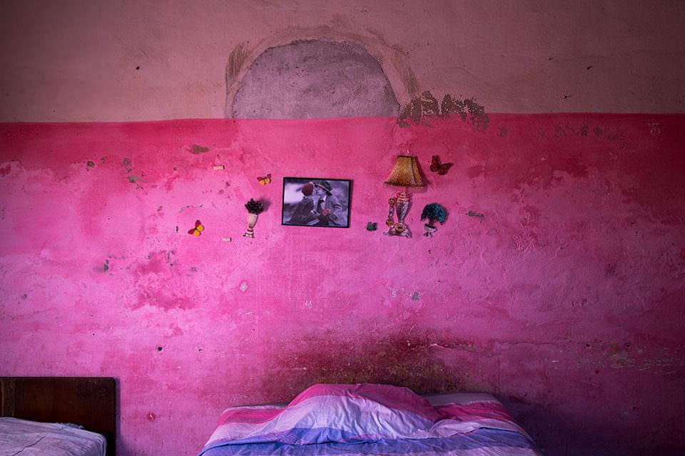 Eine rosa Schlafzimmerwand