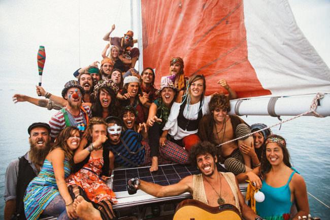 Menschengruppe auf einem Segelboot