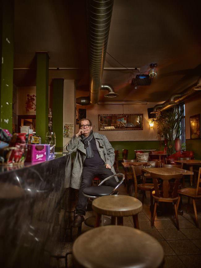 Ein Mann sitzt in einer Kneipe